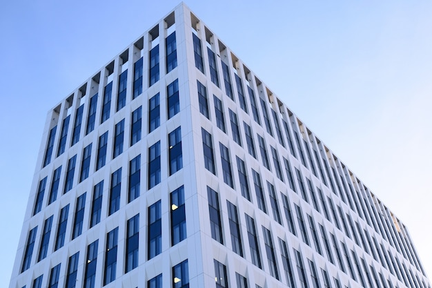 Fachada de edifícios de escritórios modernos em um novo centro de negócios contemporâneo.
