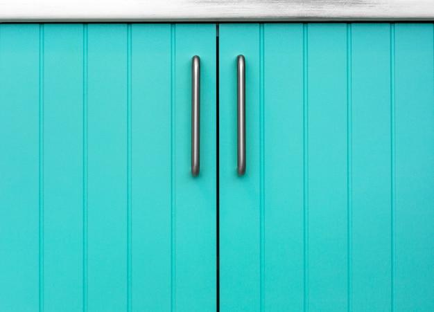 Fachada de madeira azul de armários de cozinha.