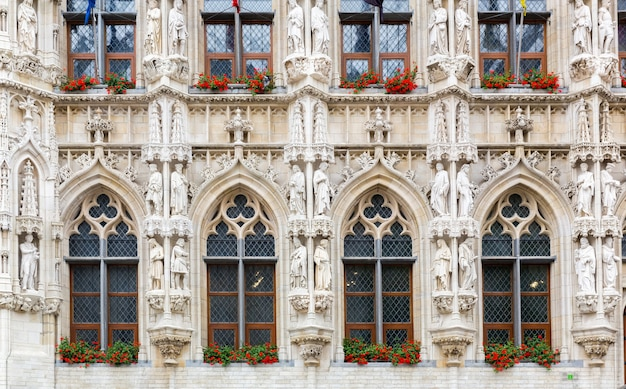 Fachada de pedra antiga com grandes janelas, velha europa. arquitetura europeia, cidade medieval, lugares famosos para turismo e viagens