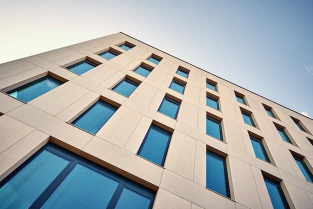 Fachada de prédio de escritórios com janelas