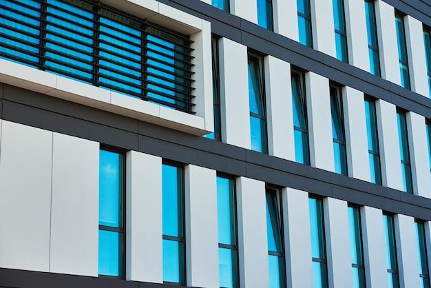 Fachada de prédio moderno com janelas contra o céu azul