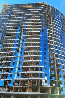 Fachada de prédio típico de alto padrão com sacada e janelas. arquitetura contemporânea. foco seletivo. fechar-se. ao ar livre.