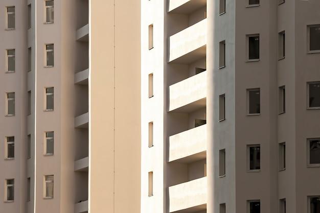 Fachada de um novo edifício residencial de vários andares. arquitetura e construção moderna