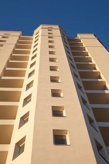 Fachada de um novo edifício residencial de vários andares