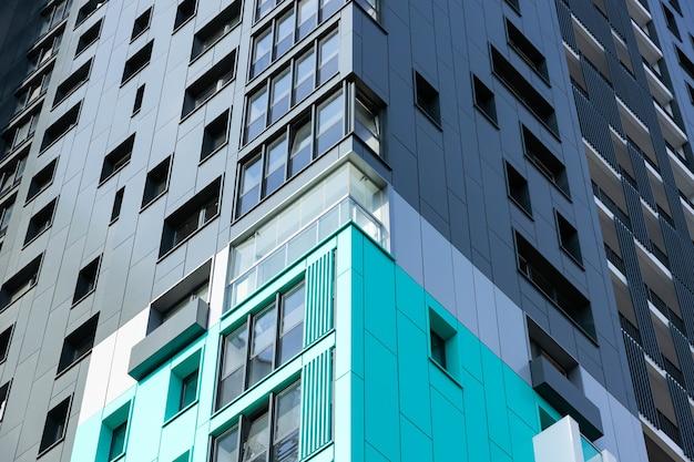 Fachada de um novo edifício residencial moderno
