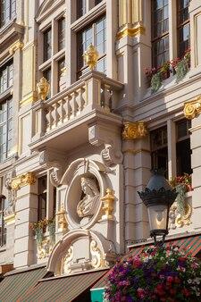 Fachada de um prédio antigo com estuque em bruxelas, bélgica