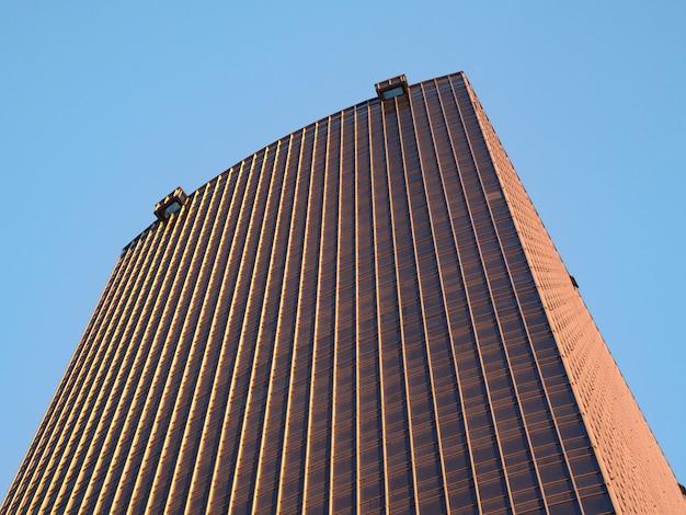 Fachada de um prédio de apartamentos.