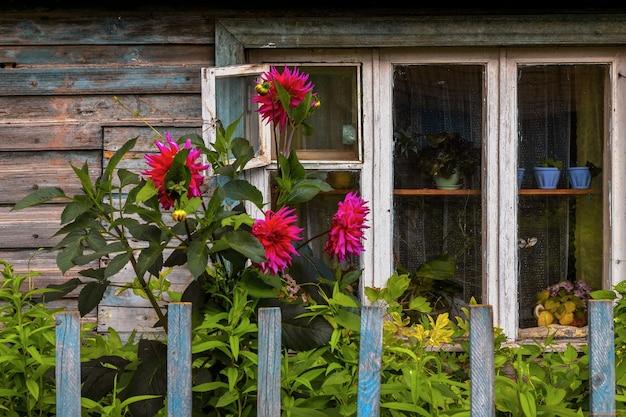 Fachada de uma casa antiga tradicional em kostroma janela antiga o jardim da frente