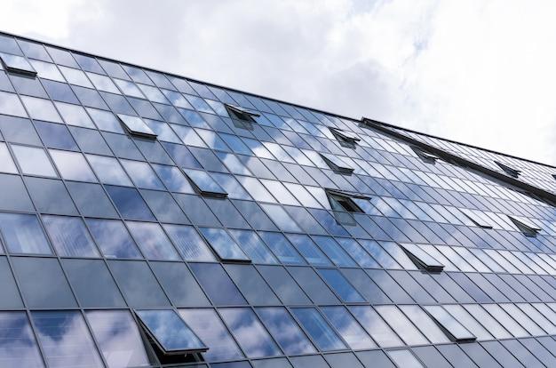 Fachada de vidro com janelas abertas, arquitetura do centro de negócios