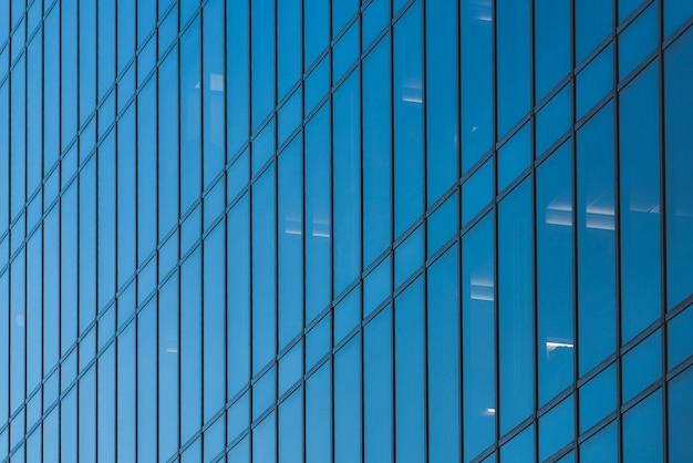 Fachada de vidro de um prédio de escritórios