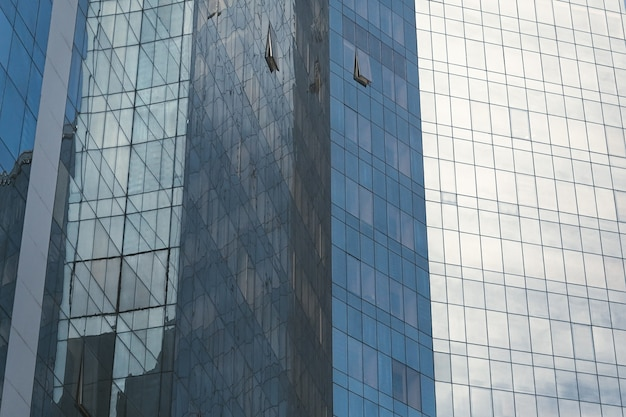 Fachada de vidro moderna de um edifício do centro de negócios de escritórios. fundo de estilo urbano.
