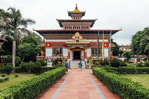 Fachada decorada colorida em estilo butanês do mosteiro butanês real.