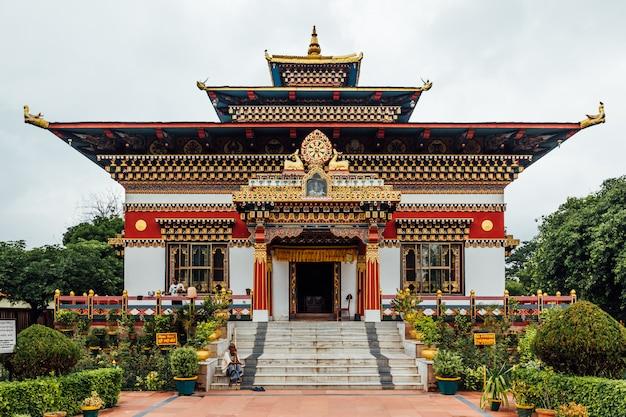 Fachada decorada colorida no estilo butanês do monastério butanês real com espaço da cópia em bodh gaya, bihar, índia.