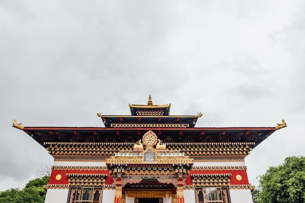Fachada decorada colorida no estilo butanês do monastério butanês real.