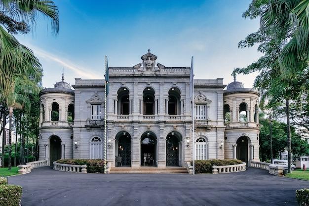Fachada do belo edifício histórico do palácio da liberdade no brasil