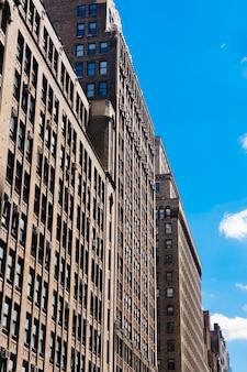 Fachada do edifício financeiro de arranha-céus em dia ensolarado