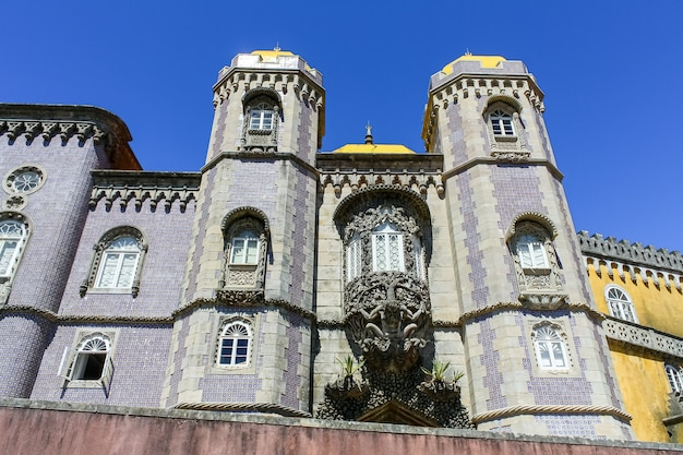 Fachada do palácio de sintra com azulejos coloridos em lisboa.