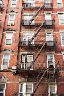 Fachada do prédio com escada de incêndio
