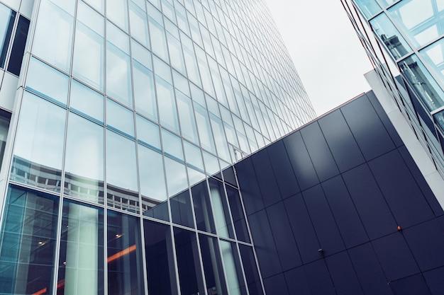 Fachada do prédio de escritórios modernos