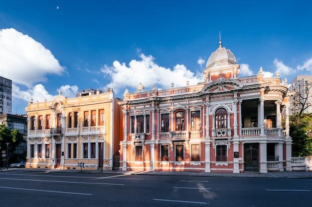 Fachada dos belos prédios antigos brasileiros sob um céu ensolarado