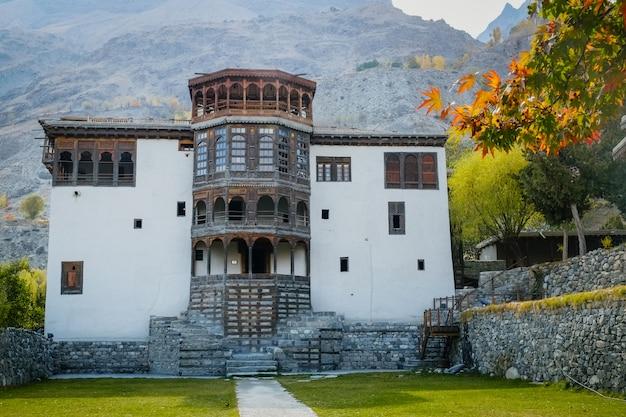 Fachada e entrada principal do antigo forte de khaplu, ghanche. gilgit baltistão, paquistão.