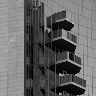 Fachada e varandas de um edifício moderno com painéis de vidro