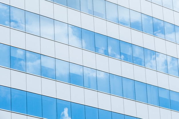 Fachada espelhada centro grade nuvem