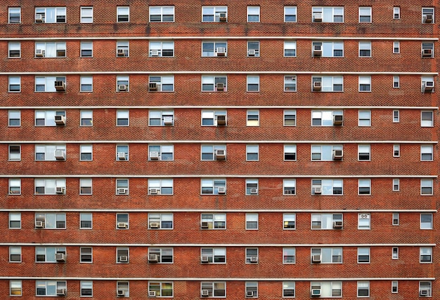 Fachada externa com muitas janelas todas idênticas.