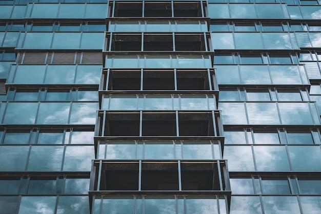 Fachada geométrica envidraçada de um prédio comercial