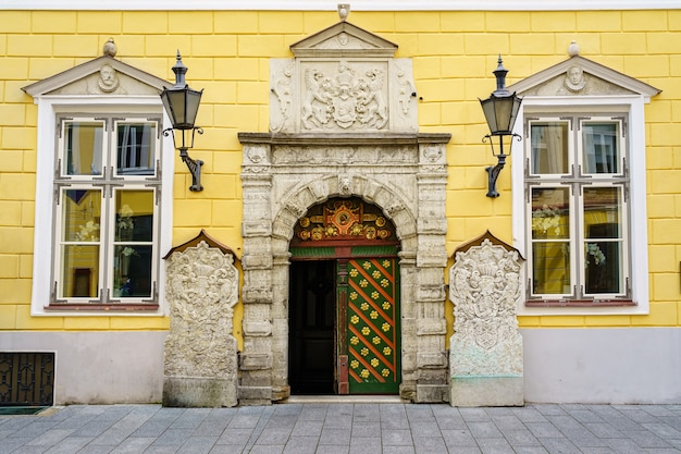 Fachada pitoresca em estilo clássico e altamente decorada tallinn estônia
