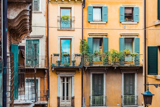 Fachadas antigas e desbotadas de casas no centro histórico da cidade de verona, edifícios tradicionais italianos.