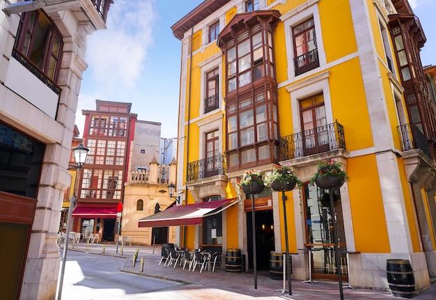 Fachadas de aldeia de llanes nas astúrias espanha