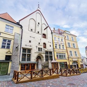Fachadas de casas medievais com mesas e cadeiras de rua. tallinn, estônia.