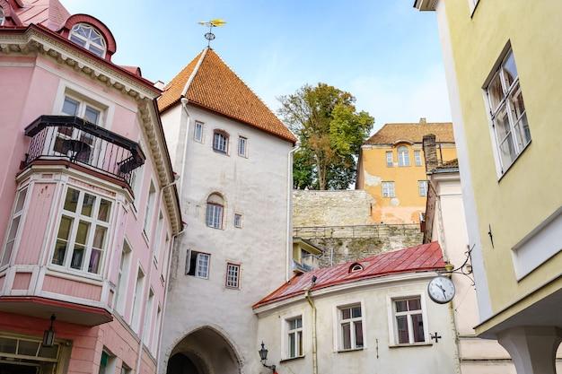 Fachadas de casas medievais na pitoresca cidade de tallinn, estônia.