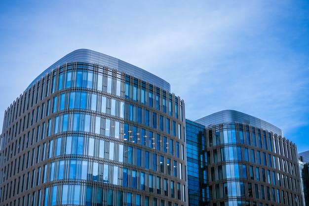 Fachadas de vidro de prédios de escritórios em um céu azul