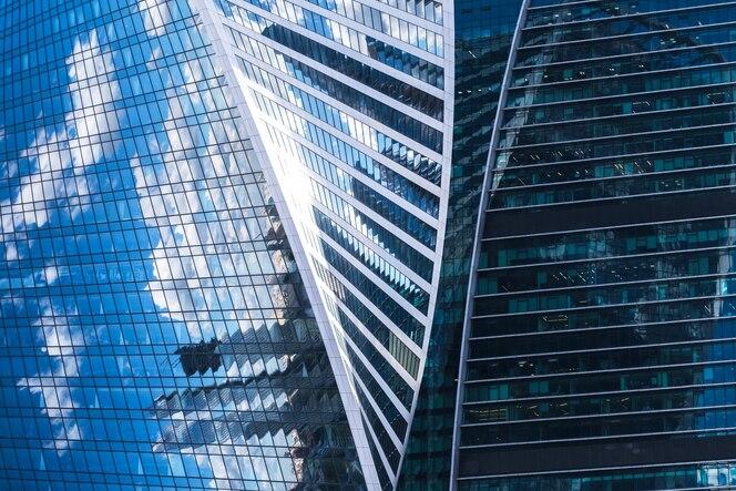 fachadas de vidro do arranha-céu em um dia ensolarado com raios de sol no céu azul fachadas de vidro do arranha-céu em um dia ensolarado com raios de sol no céu azul
