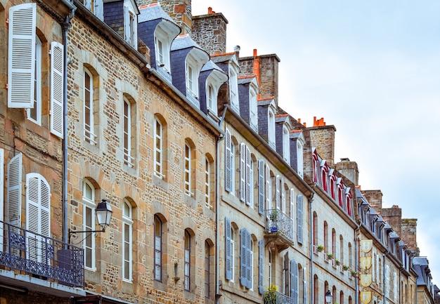 Fachadas típicas da bretanha francesa de construções de pedra e telhados de ardósia