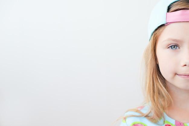 Facial close-up de um rosto meio atraente de garota em fundo branco