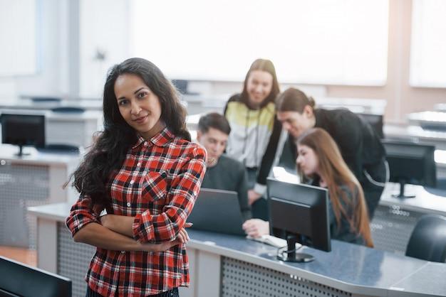 Fácil e divertido. grupo de jovens com roupas casuais, trabalhando em um escritório moderno