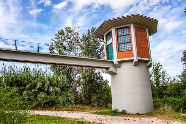 Facilidade para bombear água perto de um rio para cidades próximas.