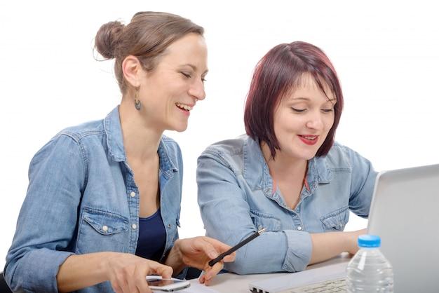 Faculdade de mulheres trabalhando no computador portátil