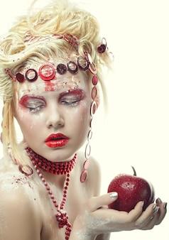 Fada mulher com maçã vermelha