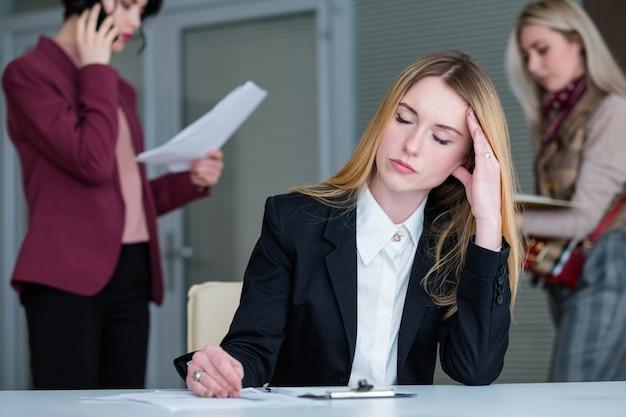 Fadiga mulher escritório cansativo estilo de vida empresarial