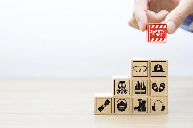 Fafety primeiros ícones gráficos em blocos de madeira.
