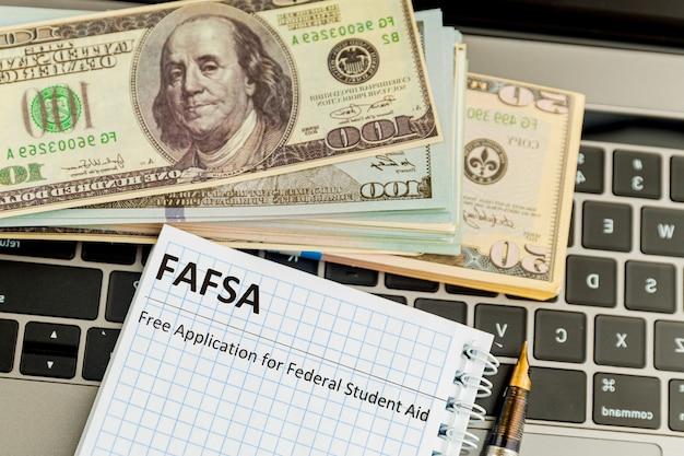 Fafsa. formulário de pedido de auxílio ao aluno no tablet.
