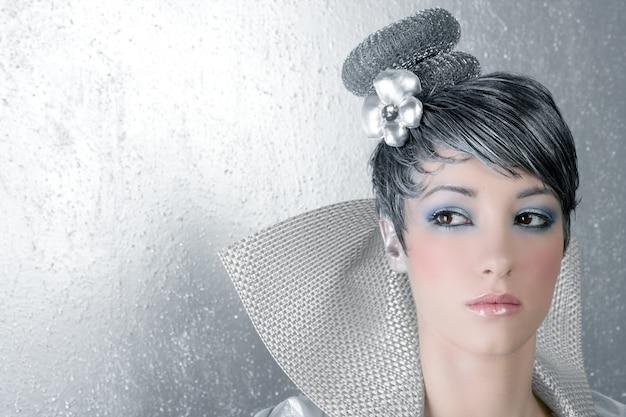 Fahion maquiagem penteado mulher futurista prateado