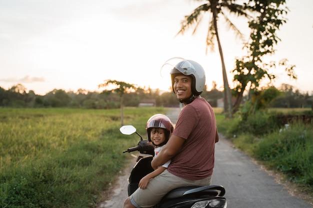 Fahter e seu filho gostam de andar de scooter