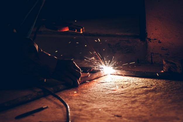 Faíscas de chama são causadas pela soldagem.
