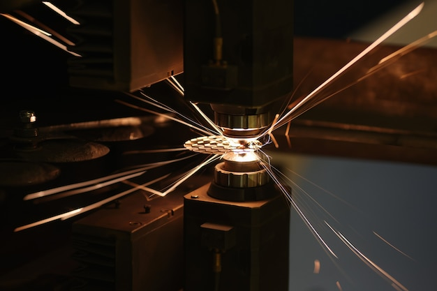 Faíscas de corte automático a laser ou gravação de peças closeup conceito de corte a laser de metal