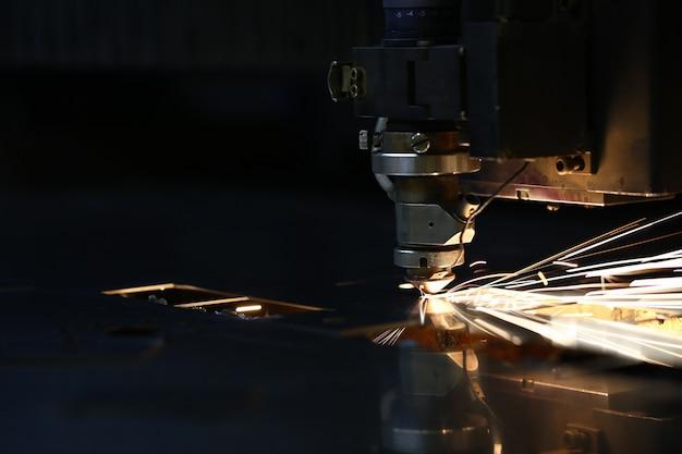 Faíscas voam para fora da cabeça da máquina para processamento de metais